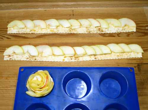apfelrosen rezept mit bl tterteig anleitung apfelrosen in muffinform mit aprikosenmarmelade. Black Bedroom Furniture Sets. Home Design Ideas