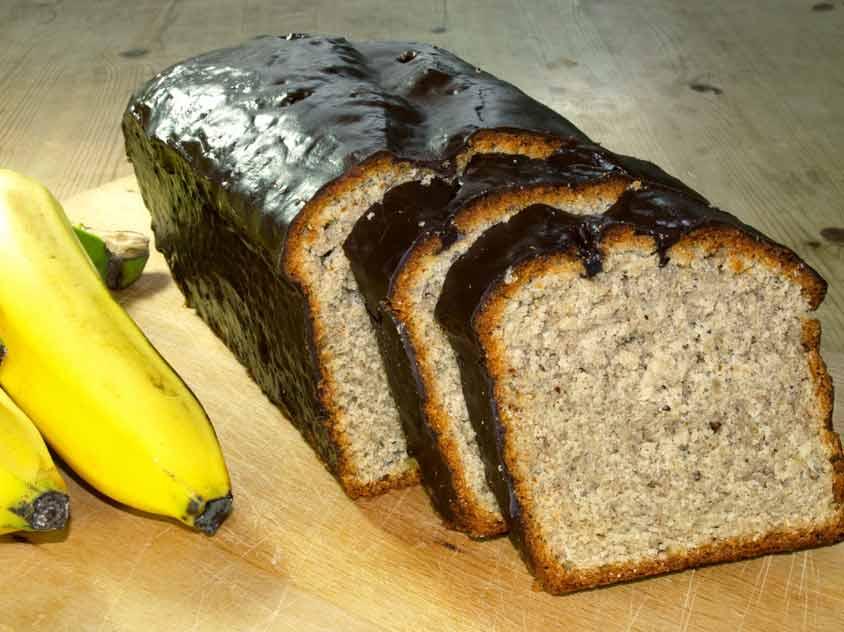 einfacher bananenkuchen rezept mit n ssen und schokolade glasur. Black Bedroom Furniture Sets. Home Design Ideas