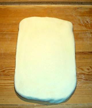 Croissantteig ausrollen