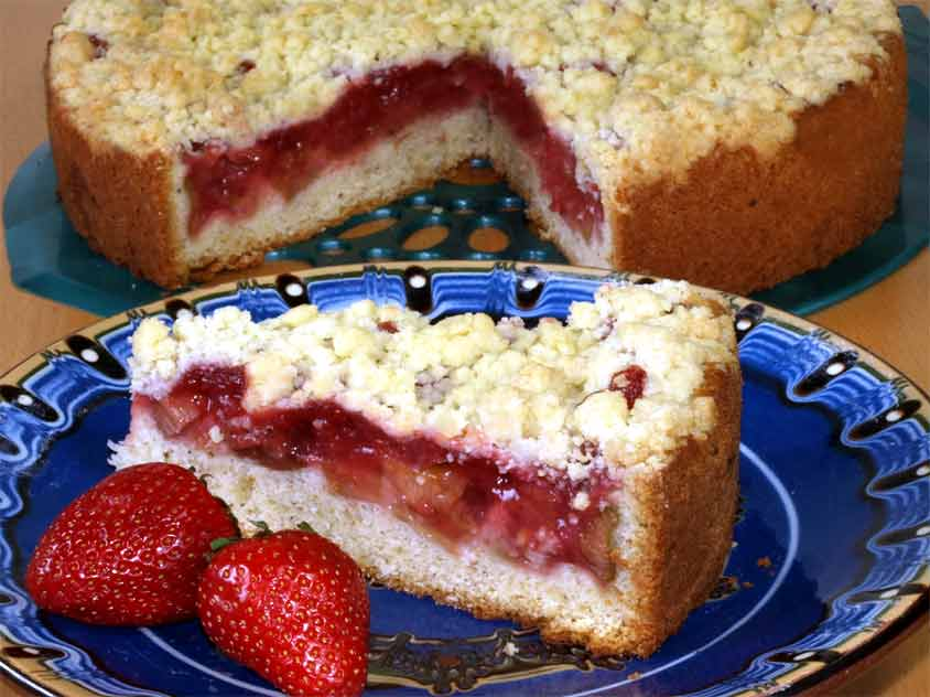 Erdbeer Rhabarber Kuchen Mit Streuseln Und Haselnuss Ruhrteig In Der