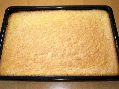 erdbeerschnitten rezept vom blech erdbeerkuchen mit einfacher buttercreme und biskuit boden. Black Bedroom Furniture Sets. Home Design Ideas