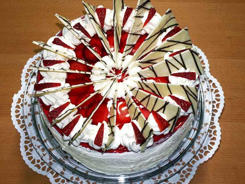 Festliche erdbeertorte rezept mit quark joghurt sahne und schoko deko - Dekoration fur torten ...