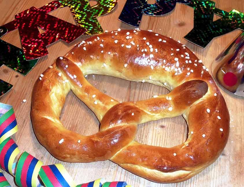 Neujahrsbrezel Rezept mit Hefeteig - Riesenbrezel einfach ...