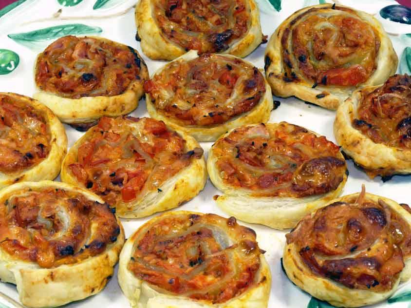 pizzaschnecken rezept mit bl tterteig oder pizzateig und schmand vegetarisch oder mit schinken. Black Bedroom Furniture Sets. Home Design Ideas